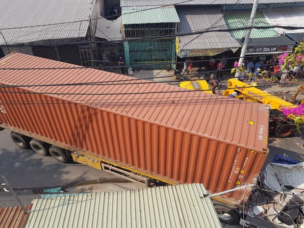 TP.HCM: Xe container tông sập 3 căn nhà có 14 người đang nằm ngủ - Ảnh 1.