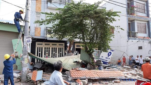 TP.HCM: Xe container tông sập 3 căn nhà có 14 người đang nằm ngủ - Ảnh 2.