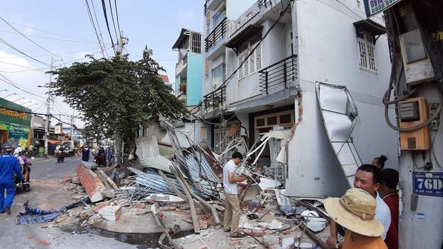 TP.HCM: Xe container tông sập 3 căn nhà có 14 người đang nằm ngủ - Ảnh 4.
