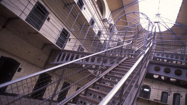 Tù nhân Mỹ kiện nhà tù vì nấm mốc, chuột và giòi bọ rơi trên bàn ăn - Ảnh 1.