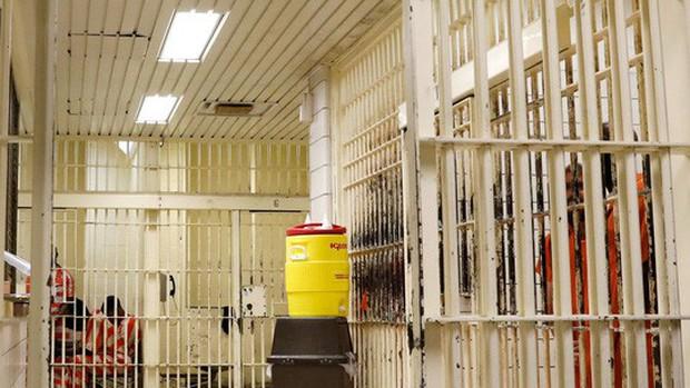 Tù nhân Mỹ kiện nhà tù vì nấm mốc, chuột và giòi bọ rơi trên bàn ăn - Ảnh 2.