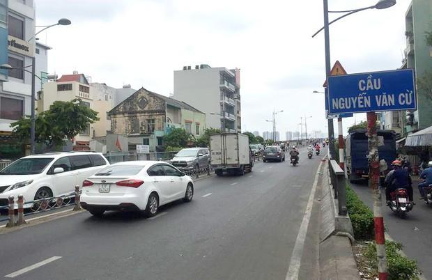 Vụ 10 người phải điều trị phơi nhiễm HIV ở Sài Gòn: Thu giữ nhiều vật bằng kim loại dạng xoắn, nhọn tại nhà nghi phạm - Ảnh 1.