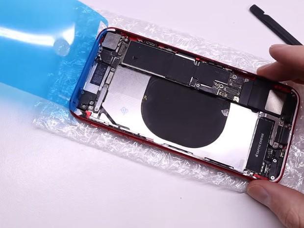 YouTuber mua iPhone 8 đã hỏng với giá 200 USD, sửa xong đẹp không khác gì hàng mới 750 USD - Ảnh 8.