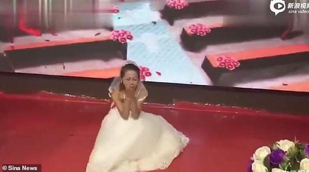 Clip gây sốt MXH: Cặp đôi chuẩn bị hôn nhau thì người yêu cũ của chú rể mặc váy cưới xông vào lễ đường - Ảnh 5.