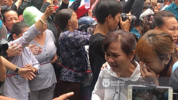 Nghệ sĩ Minh Nhí và gia đình khóc ngất khi linh cữu Anh Vũ được đưa về tới chùa - Ảnh 7.