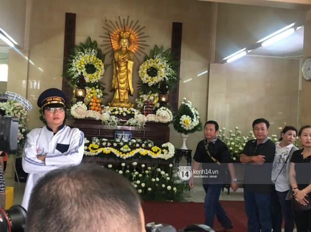 Nghệ sĩ Minh Nhí và gia đình khóc ngất khi linh cữu Anh Vũ được đưa về tới chùa - Ảnh 6.