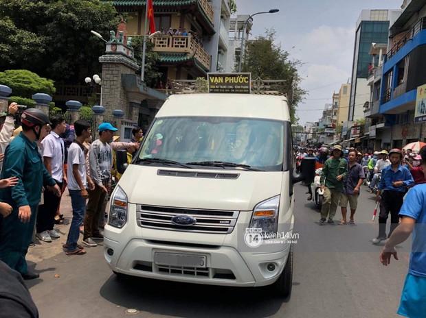 Nghệ sĩ Minh Nhí và gia đình khóc ngất khi linh cữu Anh Vũ được đưa về tới chùa - Ảnh 2.