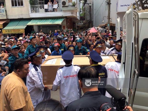 Nghệ sĩ Minh Nhí và gia đình khóc ngất khi linh cữu Anh Vũ được đưa về tới chùa - Ảnh 4.