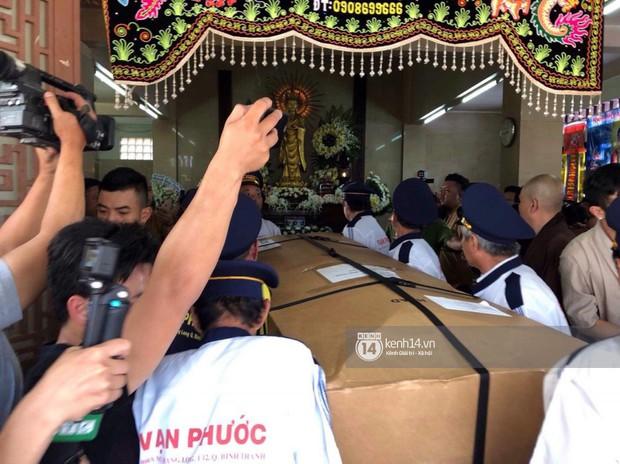 Nghệ sĩ Minh Nhí và gia đình khóc ngất khi linh cữu Anh Vũ được đưa về tới chùa - Ảnh 5.