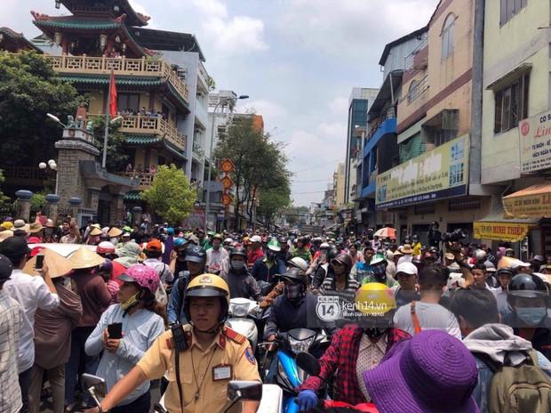 Nghệ sĩ Minh Nhí và gia đình khóc ngất khi linh cữu Anh Vũ được đưa về tới chùa - Ảnh 8.