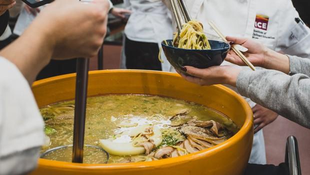 Cận cảnh tô mì ramen 22kg phải ăn kèm với... trứng đà điểu mới vừa - Ảnh 6.