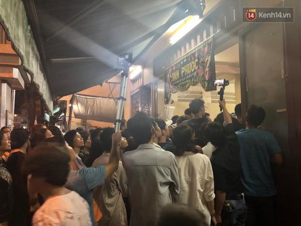 Clip: Cảnh tượng đám đông hỗn loạn, chen lấn phản cảm tại đám tang nghệ sỹ Anh Vũ - Ảnh 2.