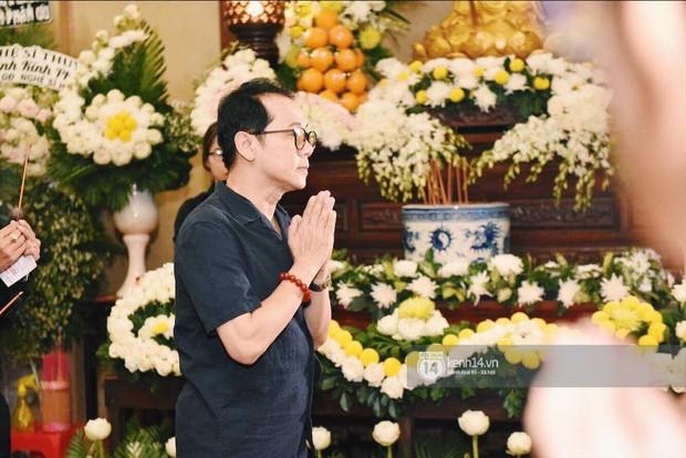 NSƯT Thành Lộc, Phương Thanh và các nghệ sĩ đến viếng diễn viên Anh Vũ trong đêm đầu tang lễ - Ảnh 1.