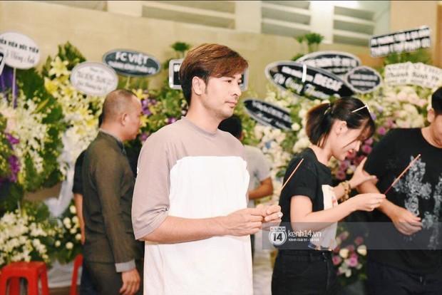 NSƯT Thành Lộc, Phương Thanh và các nghệ sĩ đến viếng diễn viên Anh Vũ trong đêm đầu tang lễ - Ảnh 6.