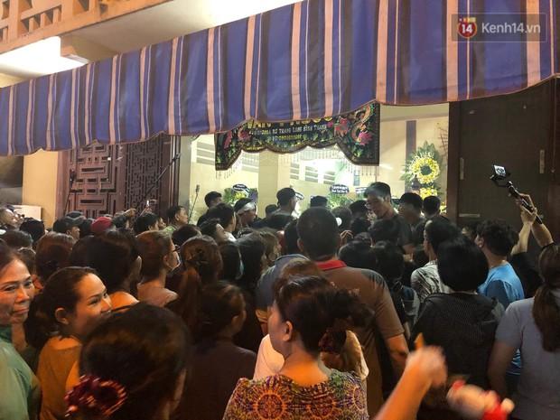 Clip: Cảnh tượng đám đông hỗn loạn, chen lấn phản cảm tại đám tang nghệ sỹ Anh Vũ - Ảnh 3.