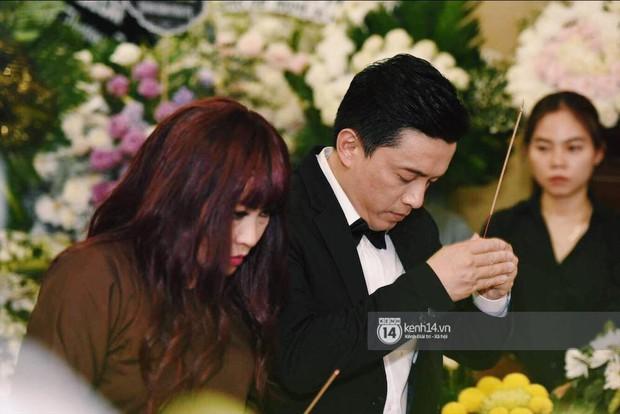 NSƯT Thành Lộc, Phương Thanh và các nghệ sĩ đến viếng diễn viên Anh Vũ trong đêm đầu tang lễ - Ảnh 2.