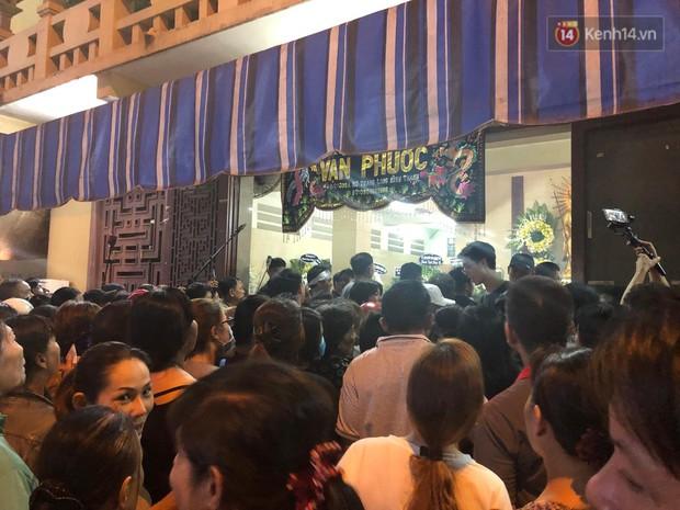Clip: Cảnh tượng đám đông hỗn loạn, chen lấn phản cảm tại đám tang nghệ sỹ Anh Vũ - Ảnh 4.