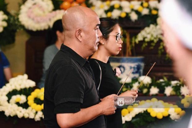 NSƯT Thành Lộc, Phương Thanh và các nghệ sĩ đến viếng diễn viên Anh Vũ trong đêm đầu tang lễ - Ảnh 8.