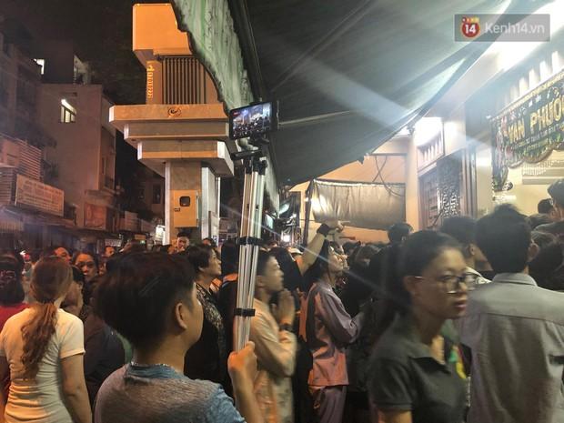 Clip: Cảnh tượng đám đông hỗn loạn, chen lấn phản cảm tại đám tang nghệ sỹ Anh Vũ - Ảnh 5.