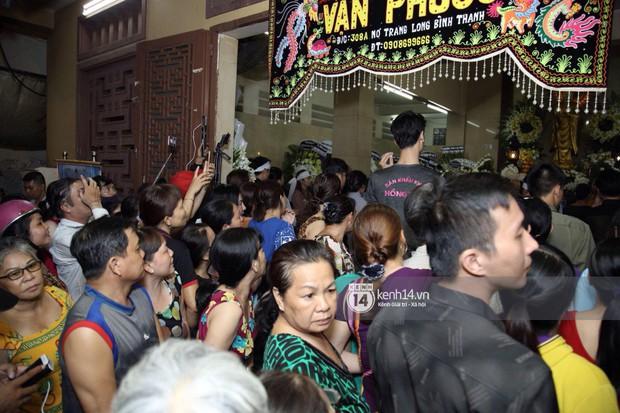 Nghệ sĩ Vbiz bức xúc khi đám đông tụ tập livestream, cười nói trong đám tang Anh Vũ - Ảnh 2.