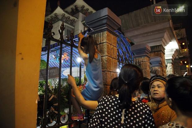 Clip: Cảnh tượng đám đông hỗn loạn, chen lấn phản cảm tại đám tang nghệ sỹ Anh Vũ - Ảnh 9.