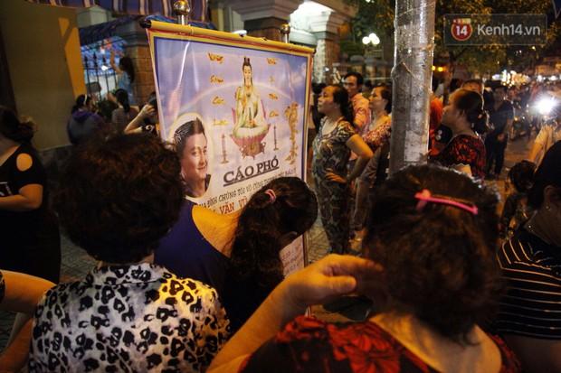 Clip: Cảnh tượng đám đông hỗn loạn, chen lấn phản cảm tại đám tang nghệ sỹ Anh Vũ - Ảnh 10.
