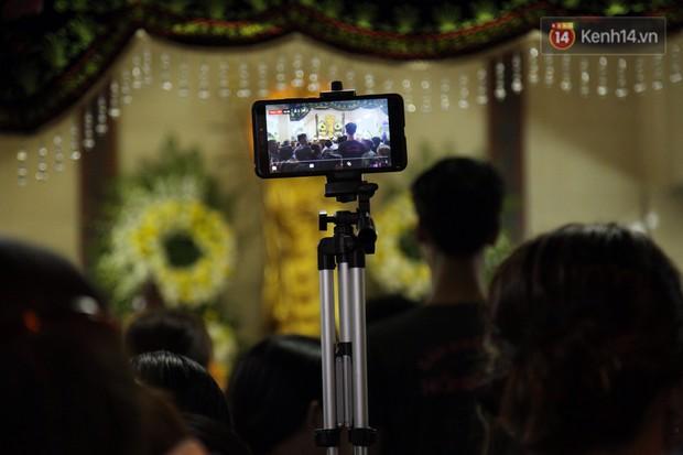 Clip: Cảnh tượng đám đông hỗn loạn, chen lấn phản cảm tại đám tang nghệ sỹ Anh Vũ - Ảnh 6.