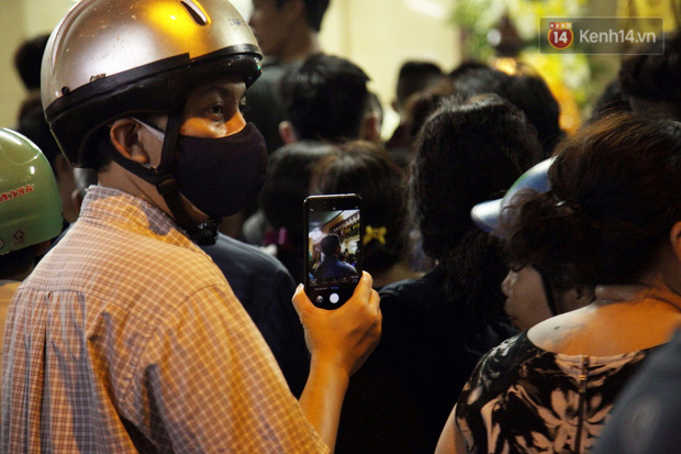 Clip: Cảnh tượng đám đông hỗn loạn, chen lấn phản cảm tại đám tang nghệ sỹ Anh Vũ - Ảnh 7.