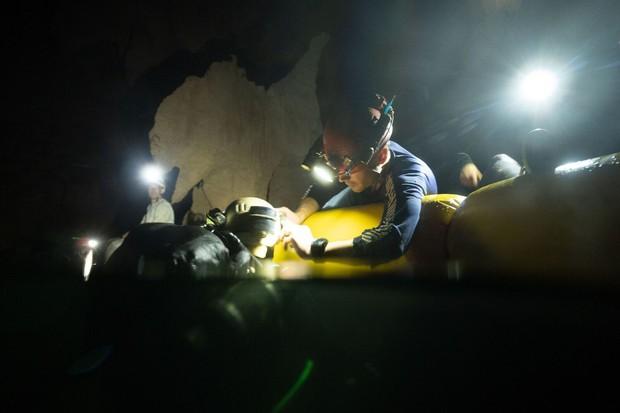 Nhóm thợ lặn từng giải cứu đội bóng nhí Thái Lan chính là người phát hiện hệ thống hang động bí ẩn mới ở Sơn Đoòng - Ảnh 6.