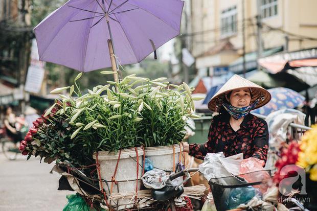 Tháng 4 về, Hà Nội lại dịu dàng những gánh loa kèn trắng tinh khôi, thơm nồng nàn khắp các góc phố - Ảnh 6.