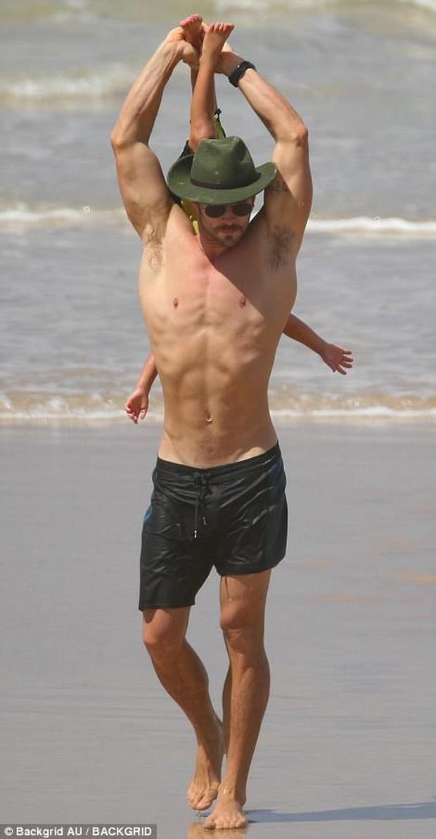 Có một ông bố Chris Hemsworth bạo dạn đến thế: Bế con trai mà không khác gì đang cầm búa đánh Thanos - Ảnh 3.