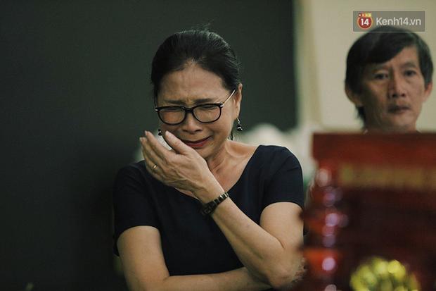 NSƯT Kim Xuân khóc nghẹn, Ngô Thanh Vân lặng người bên linh cữu cố nghệ sĩ Lê Bình trong đêm đầu lễ tang - Ảnh 3.