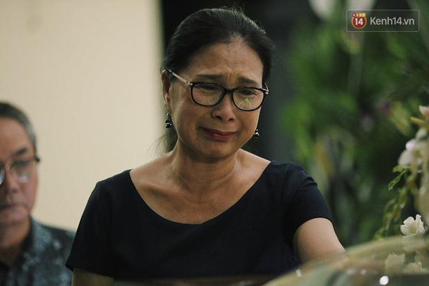NSƯT Kim Xuân khóc nghẹn, Ngô Thanh Vân lặng người bên linh cữu cố nghệ sĩ Lê Bình trong đêm đầu lễ tang - Ảnh 2.