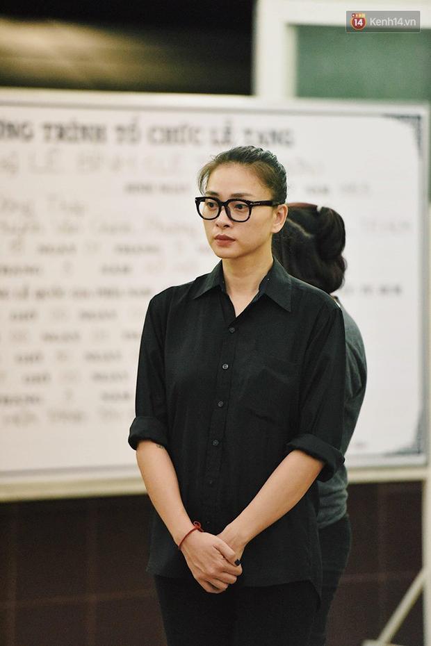 NSƯT Kim Xuân khóc nghẹn, Ngô Thanh Vân lặng người bên linh cữu cố nghệ sĩ Lê Bình trong đêm đầu lễ tang - Ảnh 4.