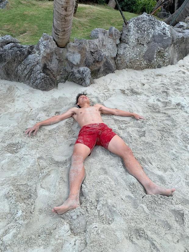 Tiến Dũng sánh vai cùng bạn gái xinh đẹp bên bờ biển, fan cảm thán: Cơ bụng 8 múi mà sao phải che anh ơi - Ảnh 2.