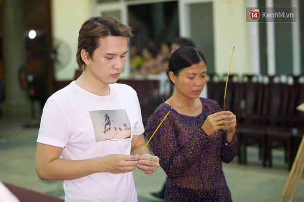 Hoa hậu Diễm Hương, MC Cát Tường và nhiều đồng nghiệp đến viếng đám tang cố nghệ sĩ Lê Bình - Ảnh 17.