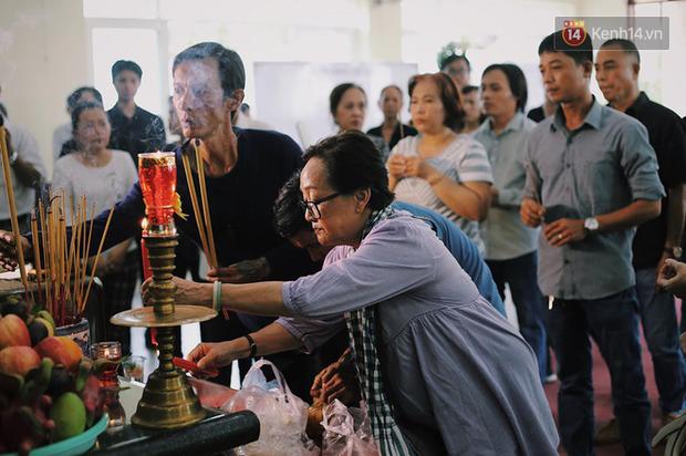Hoa hậu Diễm Hương, MC Cát Tường và nhiều đồng nghiệp đến viếng đám tang cố nghệ sĩ Lê Bình - Ảnh 10.