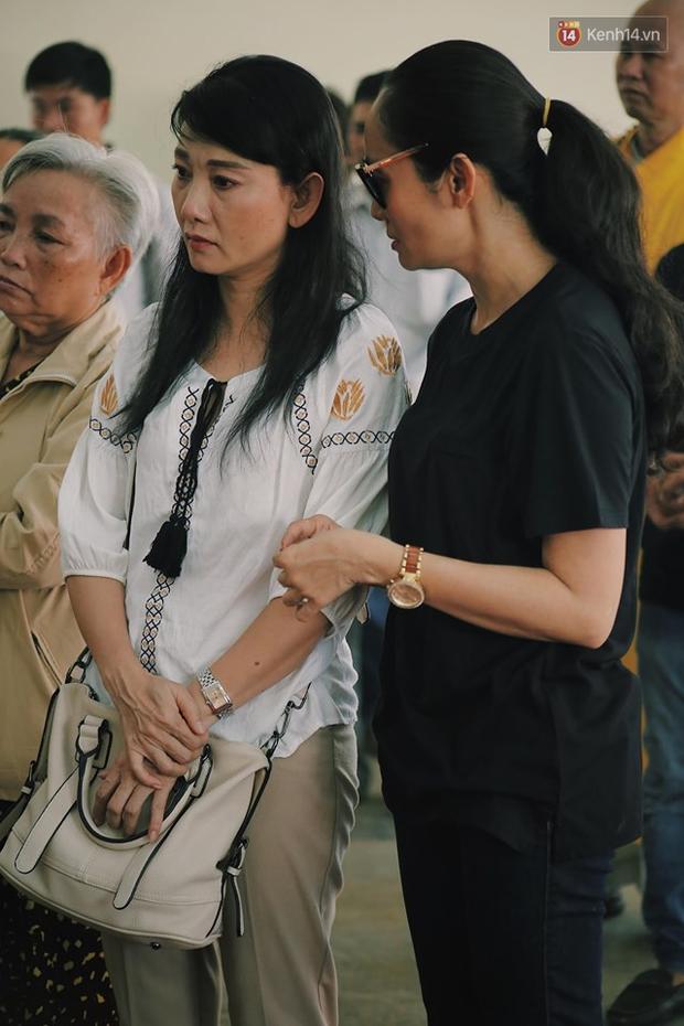 Hoa hậu Diễm Hương, MC Cát Tường và nhiều đồng nghiệp đến viếng đám tang cố nghệ sĩ Lê Bình - Ảnh 6.