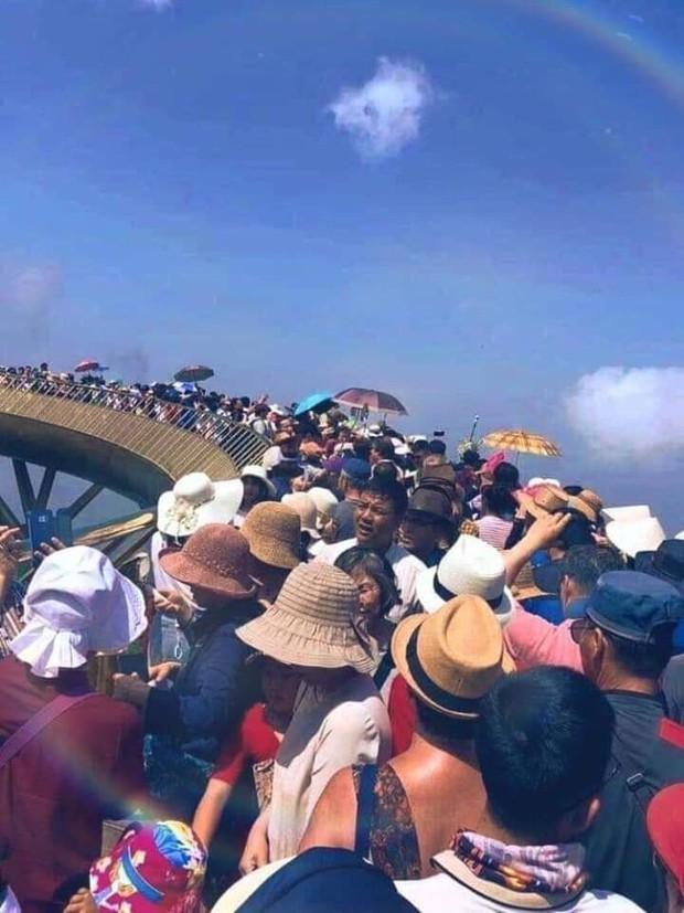 Bức ảnh Cầu Vàng Đà Nẵng chật kín người chính là khoảnh khắc được dân tình chia sẻ ầm ầm trong dịp lễ này! - Ảnh 1.