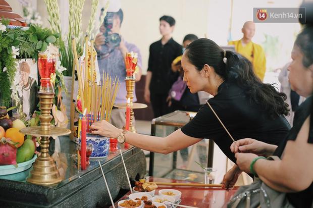 Hoa hậu Diễm Hương, MC Cát Tường và nhiều đồng nghiệp đến viếng đám tang cố nghệ sĩ Lê Bình - Ảnh 9.
