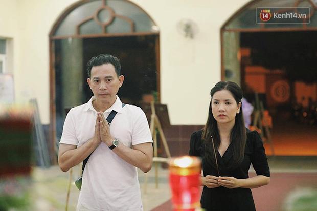 NSƯT Kim Xuân khóc nghẹn, Ngô Thanh Vân lặng người bên linh cữu cố nghệ sĩ Lê Bình trong đêm đầu lễ tang - Ảnh 6.