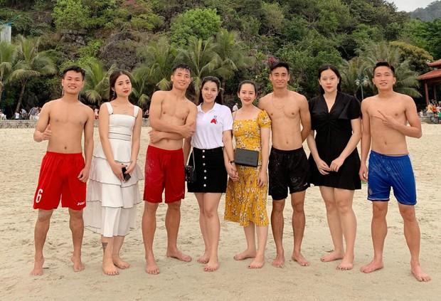 Tiến Dũng sánh vai cùng bạn gái xinh đẹp bên bờ biển, fan cảm thán: Cơ bụng 8 múi mà sao phải che anh ơi - Ảnh 1.