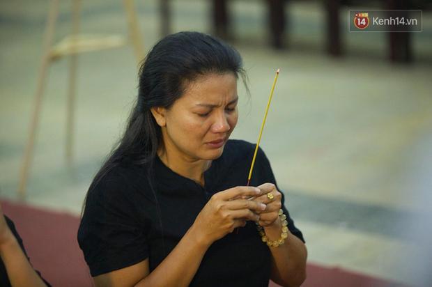 Hoa hậu Diễm Hương, MC Cát Tường và nhiều đồng nghiệp đến viếng đám tang cố nghệ sĩ Lê Bình - Ảnh 19.