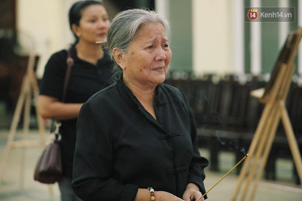 NSƯT Kim Xuân khóc nghẹn, Ngô Thanh Vân lặng người bên linh cữu cố nghệ sĩ Lê Bình trong đêm đầu lễ tang - Ảnh 8.
