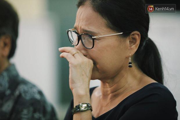 NSƯT Kim Xuân khóc nghẹn, Ngô Thanh Vân lặng người bên linh cữu cố nghệ sĩ Lê Bình trong đêm đầu lễ tang - Ảnh 1.