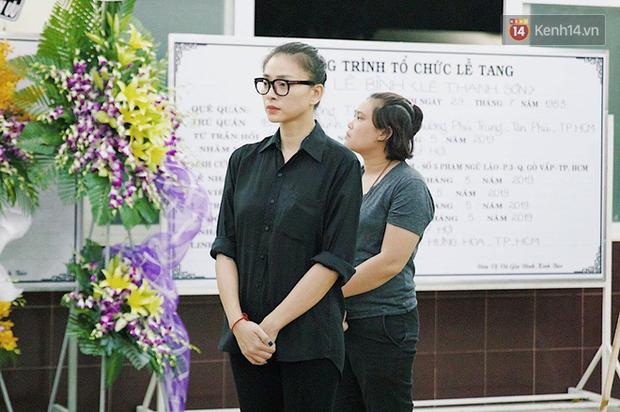 NSƯT Kim Xuân khóc nghẹn, Ngô Thanh Vân lặng người bên linh cữu cố nghệ sĩ Lê Bình trong đêm đầu lễ tang - Ảnh 5.