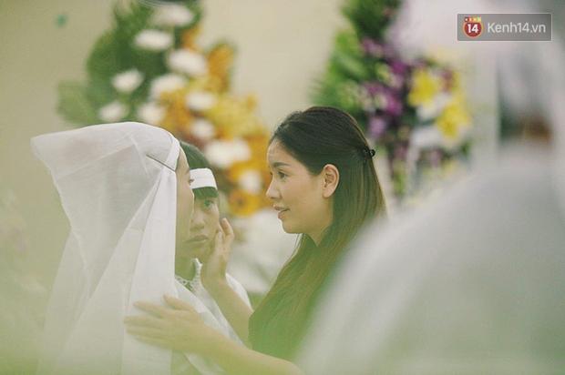 NSƯT Kim Xuân khóc nghẹn, Ngô Thanh Vân lặng người bên linh cữu cố nghệ sĩ Lê Bình trong đêm đầu lễ tang - Ảnh 7.
