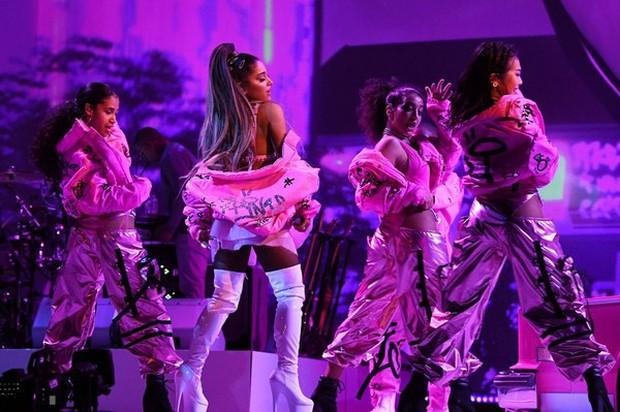 Vắng mặt tại Grammy, Ariana Grande tiếp tục không tham dự BBMAs, nhưng vẫn có sân khấu đặc biệt đối đầu Taylor Swift! - Ảnh 3.