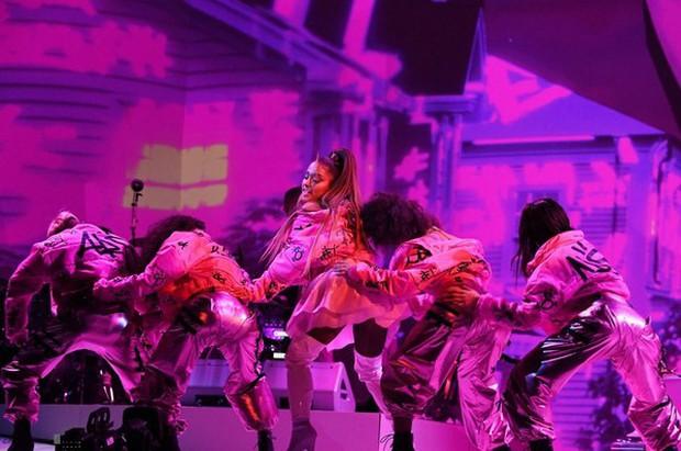Vắng mặt tại Grammy, Ariana Grande tiếp tục không tham dự BBMAs, nhưng vẫn có sân khấu đặc biệt đối đầu Taylor Swift! - Ảnh 2.