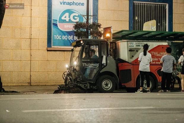 Người Hà Nội ủng hộ việc lắp camera ghi hình, phạt 7 triệu đồng hành vi xả rác ở phố đi bộ - Ảnh 9.